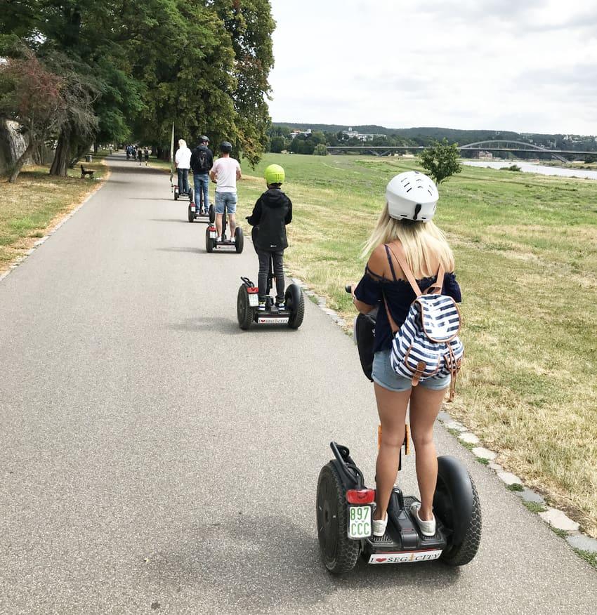 Familien Segway entlang der Elbe in Dresden